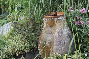 Waterpartij In De Tuin.Fontein Waterpartij